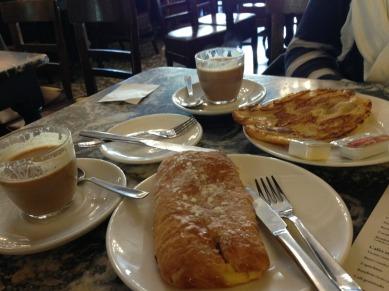 Napolitanas y Café Bon Bon // Pastry and Coffee with Condensed Milk #ohmy #delicious